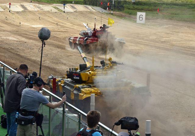 戦車バイアスロンの大会には、多くのメディアが取材に訪れていました=中川仁樹撮影