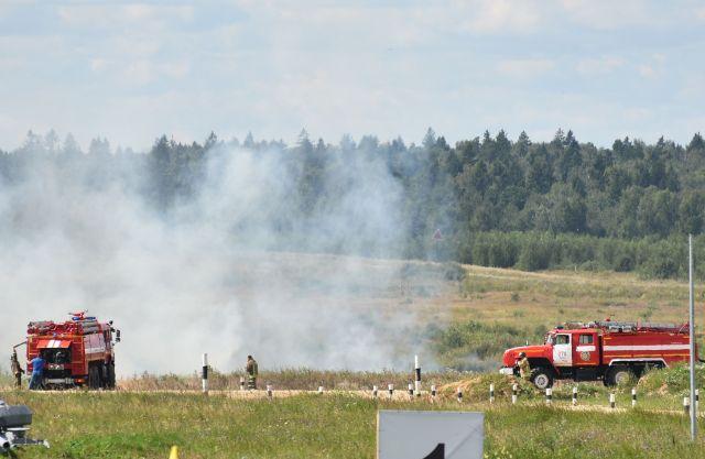 砲撃の火で草が燃えて消防車が出動し、消火活動に追われる場面も=中川仁樹撮影
