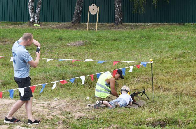 大会の会場の一角では本物の銃の試射もでき、大勢の子供たちが目標に向けて弾を撃っていました