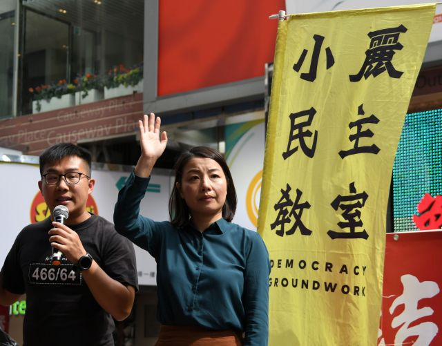 街頭演説で手を振る劉小麗さん(中央)=10月1日、香港、益満雄一郎撮影
