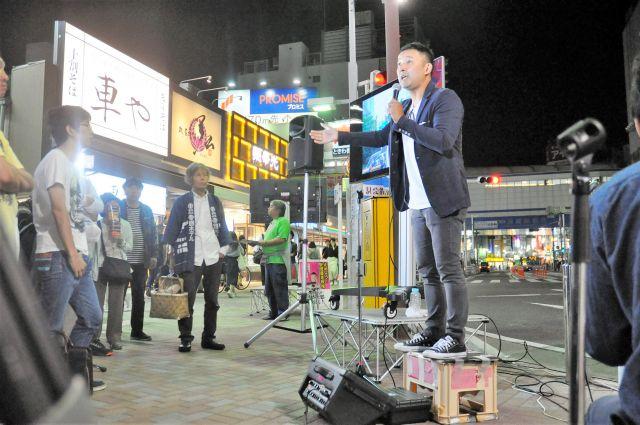 この日はビール箱に立ってマイクを握った。聴衆との距離は近い=10月9日、千葉・船橋駅