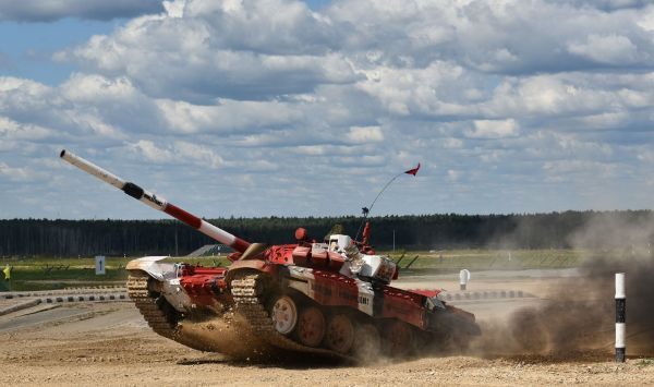 モスクワ郊外で行われた「戦車バイアスロン」から