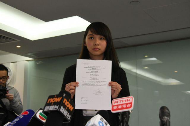 立候補を認めないとする選管の通知書を手にする周庭さん=1月27日、香港、益満雄一郎撮影