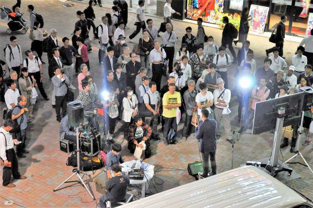 帰宅中の会社員らが足を止め、訴えに耳を傾けていた=10月9日、千葉・船橋駅