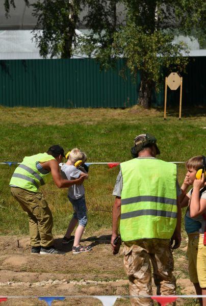 大会の会場の一角では本物の銃の試射もでき、大勢の子供たちが目標に向けて弾を撃つ姿も