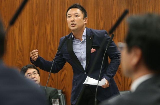 参院内閣委で質問する山本太郎氏=2014年10月21日、国会内、越田省吾撮影