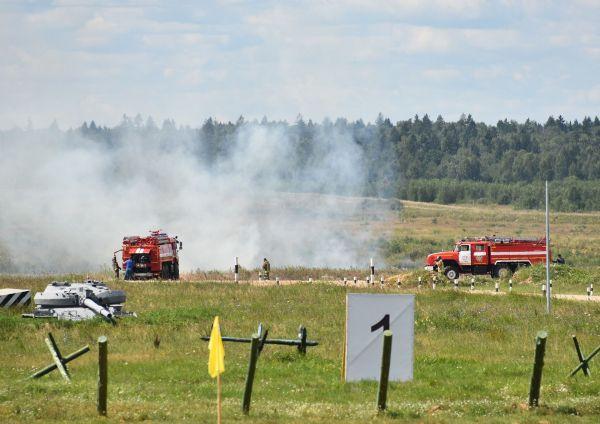 モスクワ郊外で行われた「戦車バイアスロン」では、砲撃の火で草が燃えて消防車が出動し、消火活動に追われる場面も
