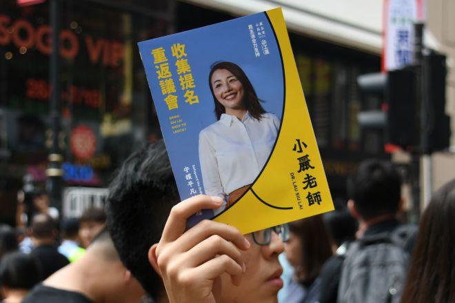 香港の民主派が支持した劉小麗さんの選挙ビラ=10月1日、香港、益満雄一郎