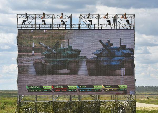 会場に詰めかけた観客のために大型スクリーンが設置され、競技の様子や点数を表示