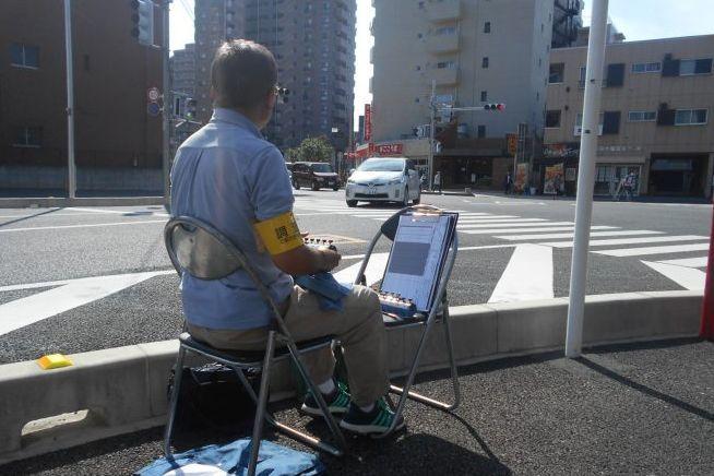 道路でカチカチやっている人、何をしているのか詳しく聞きました=サーベイリサーチセンター提供