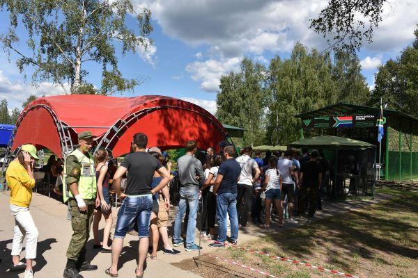 モスクワ郊外で行われた「戦車バイアスロン」会場で、各国料理に舌鼓を打つ参加者ら