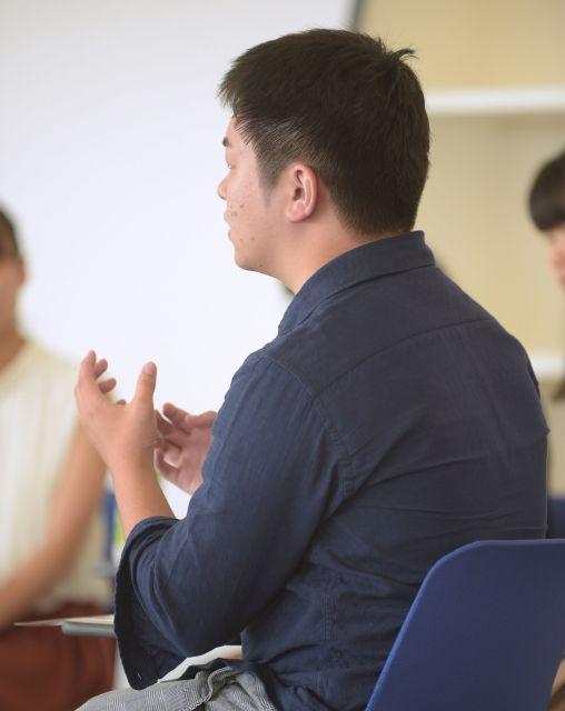 自身の経験について座談会で話すTenさん=滝沢美穂子撮影