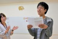 ジョブサU18でスピーチの練習をする大塚竜輝さん(右)=東京都立川市柴崎町
