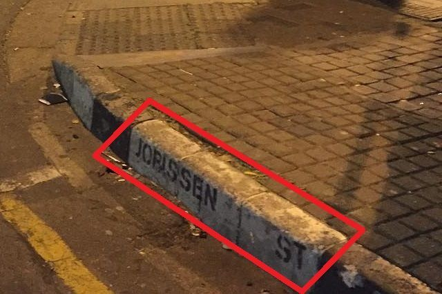 よく見ると縁石に通りの名前が書いてありました