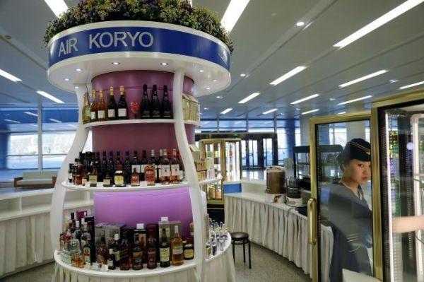 平壌国際空港の免税店=2017年、ロイター
