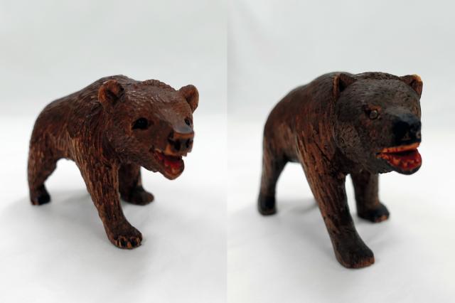 北海道第1号のモデルとなったスイスの木彫り熊(左)、スイスの木彫り熊を参考に伊藤政雄が制作した第1号の木彫り熊=北海道八雲町の町木彫り熊資料館(八雲産業が管理)