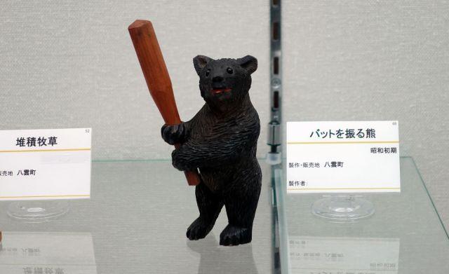 昭和初期に制作された、バットを振る木彫り熊=北海道八雲町の町木彫り熊資料館(八雲産業が管理)