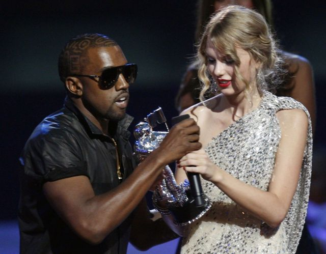 ニューヨークで2009年9月、MTV最優秀ミュージック・ビデオ賞の受賞スピーチ中にカニエ(左)にマイクを奪われるテイラー。その場でカニエは「ビヨンセのビデオの方が良かった」と述べた=ロイター