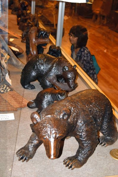 北海道旭川市近文地区のアイヌ集落で盛んに作られた木彫りの熊たち=北海道旭川市の川村カ子トアイヌ記念館