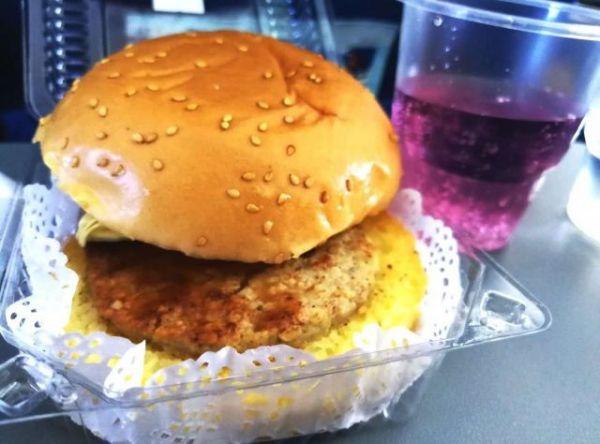 機内食のハンバーガーと「ファンタ」風飲料=2018年9月6日、峯村健司撮影