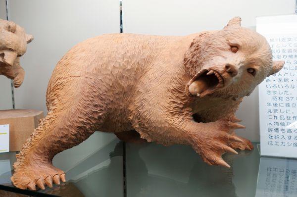 高い描写力で動物やアイヌ民族の人たちなどを木に刻む木彫家・藤戸竹喜(1934年生まれ)の木彫り熊=北海道八雲町の町木彫り熊資料館