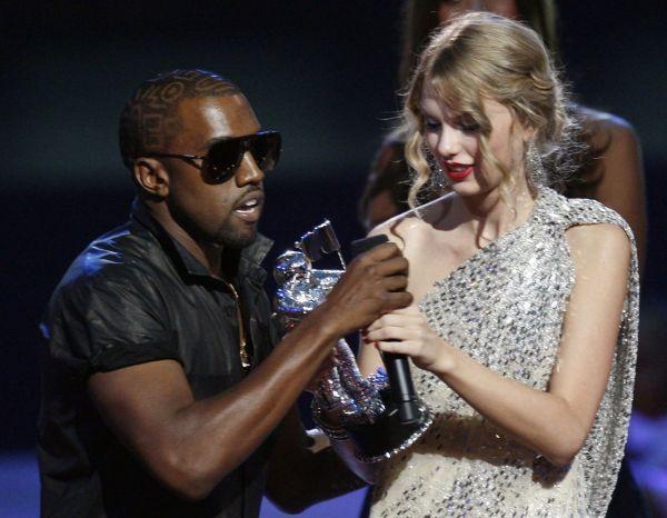 ニューヨークで2009年9月、MTV最優秀ミュージック・ビデオ賞の受賞スピーチ中にカニエ(左)にマイクを奪われるテイラー。その場でカニエは「ビヨンセのビデオの方が良かった」と述べた