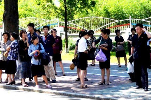 平壌市内でバスを待つ市民=2018年9月7日、峯村健司撮影