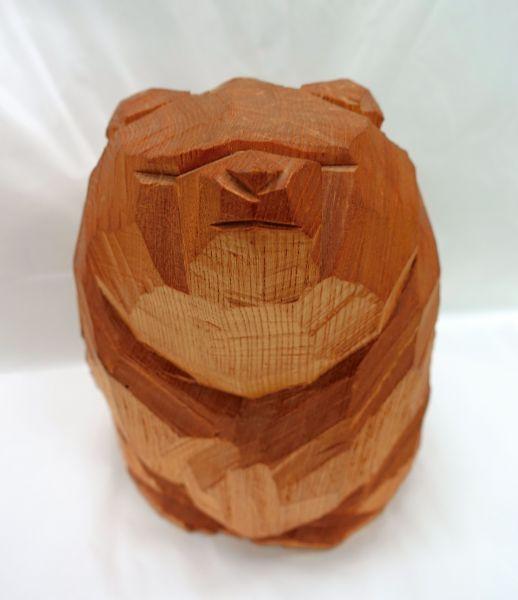 手おので木を割っただけのような「面彫り」で人気の柴崎重行の木彫り熊。現在も高値で取引され、偽物が出回ることも