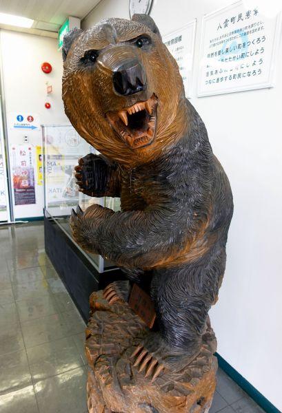 引間二郎(1924~2012)の作品=北海道八雲町の町木彫り熊資料館