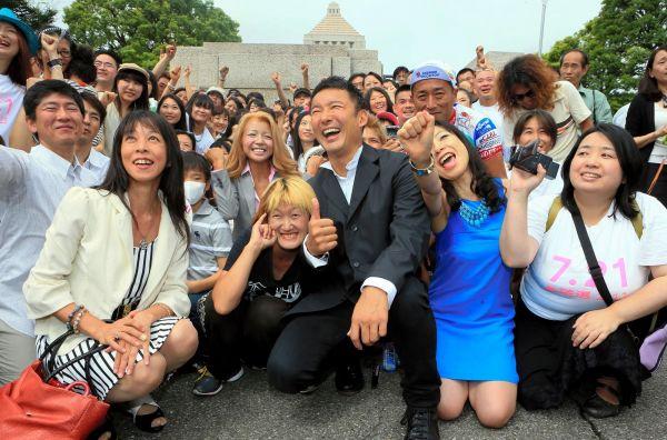 国会に初登院し、支持者らと記念写真におさまる山本太郎氏(中央)=2013年8月2日、東京・永田町