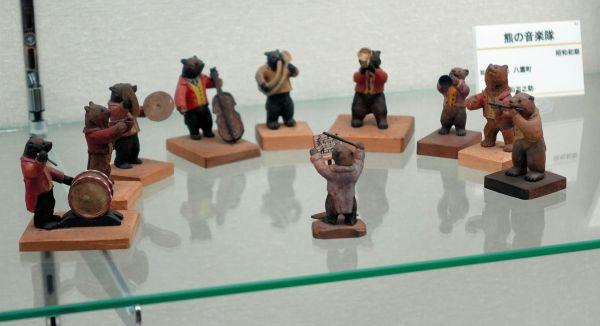 昭和初期に制作された、木彫り熊の音楽隊=北海道八雲町の町木彫り熊資料館(八雲産業が管理)