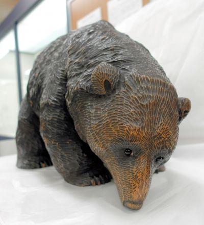 日本画家でもあった十倉金之(1883年生まれ)の木彫り熊。=北海道八雲町の町木彫り熊資料館