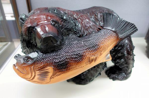 北海道観光ブームで盛んに作られた、サケをくわえた木彫り熊=北海道八雲町の町木彫り熊資料館