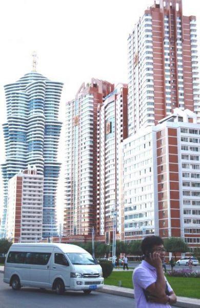 平壌の「未来科学者通り」に新しくできた高層マンション群=2018年9月7日、峯村健司撮影
