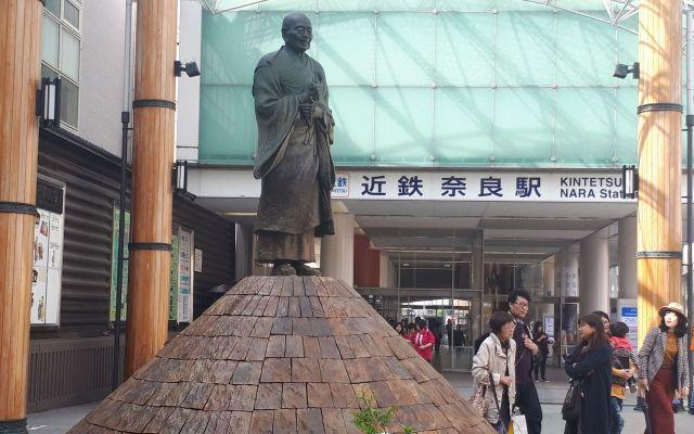 近鉄奈良駅前の行基像