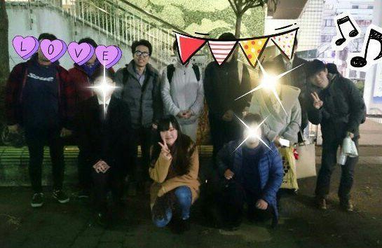 発達障害の当事者会を開いた後、参加者と撮った写真(彩乃さんは前列中央)