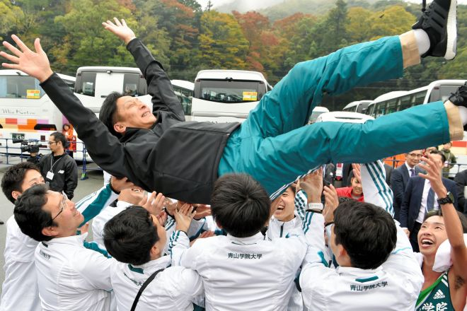 2年ぶり2度目の優勝を決め、胴上げされる青山学院大の原晋監督