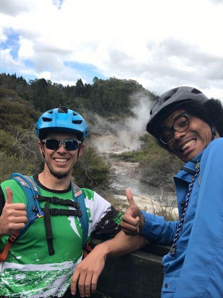 ニュージーランドの現地住民と記念撮影する副島さん。英語がほとんど分からず、四苦八苦しながらコミュニケーションを取ったそう。困った時の最終手段は「ジェスチャーと笑顔」。