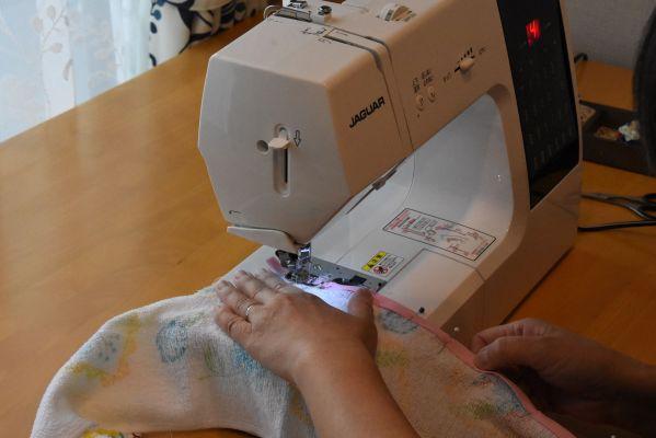 まち針で留めたところをミシンで縫っていく