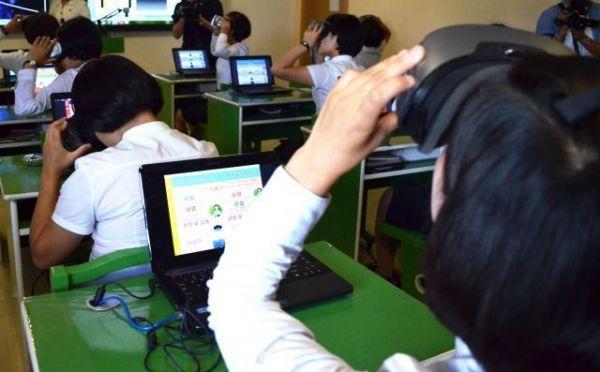 平壌教員大学でVRを使った授業について学ぶ学生=2018年9月7日、峯村健司撮影