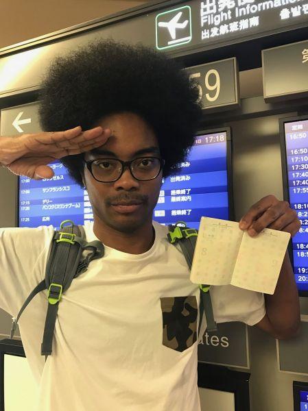 テレビ番組のロケで、ニュージーランドに行く直前の写真。この時、32歳。父の祖国・米国を含め、海外への渡航経験はゼロだった。真っ白なパスポートがまぶしい。