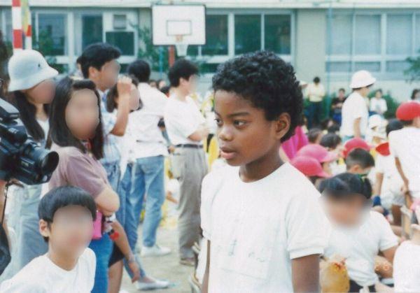 運動会に参加する、小学生の副島さん。この頃から、周囲と外見が違うことに悩み始めた。