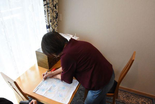 フェースタオルに型紙を使ってチャコペンシルで印を付ける