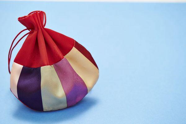巾着がチャックの名前の由来です。巾着からもじって、ファスナーを「チャック印」として販売したところ評判になり、チャックという名前が定着したそうです
