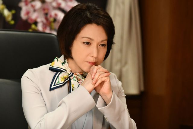抽選見合い結婚法を担当する小野寺友紀子大臣(若村麻由美)。ドラマ「結婚相手は抽選で」から