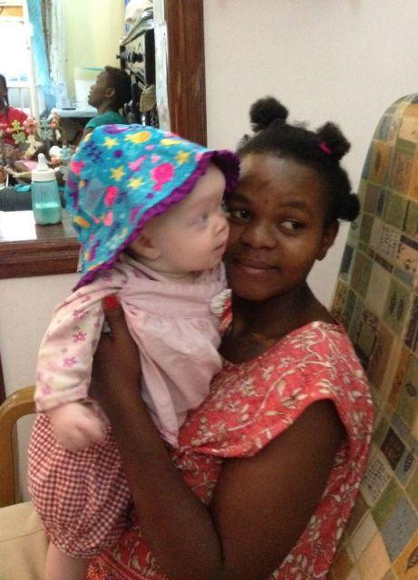 伊藤さんがタンザニアで出合った当時15歳の女性とアルビノの赤ちゃん=伊藤さん提供