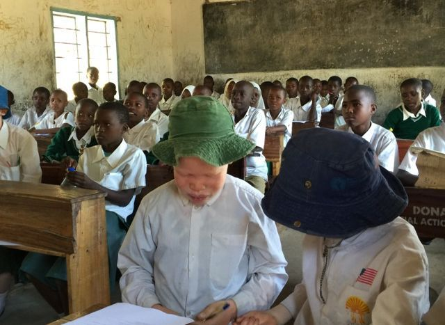 タンザニアのアルビノの子ども(前列)。紫外線に弱いため帽子をかぶっている=2015年、日本財団提供