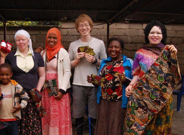 伊藤大介さん(中央)と、タンザニアのアルビノの女性2人=2015年