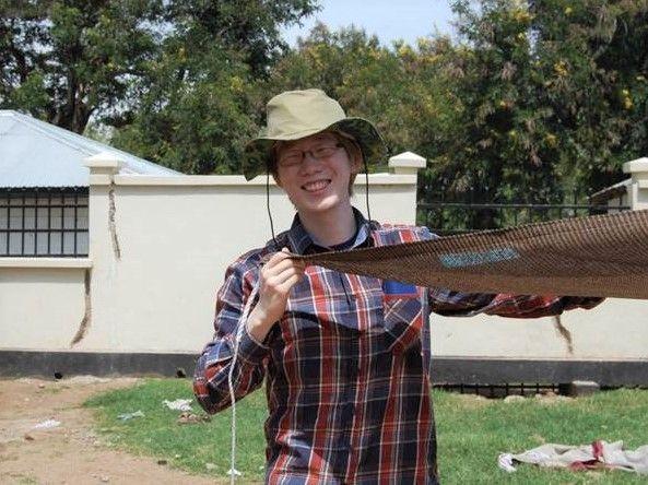 アルビノ支援にタンザニアに訪れた伊藤大介さん=2015年