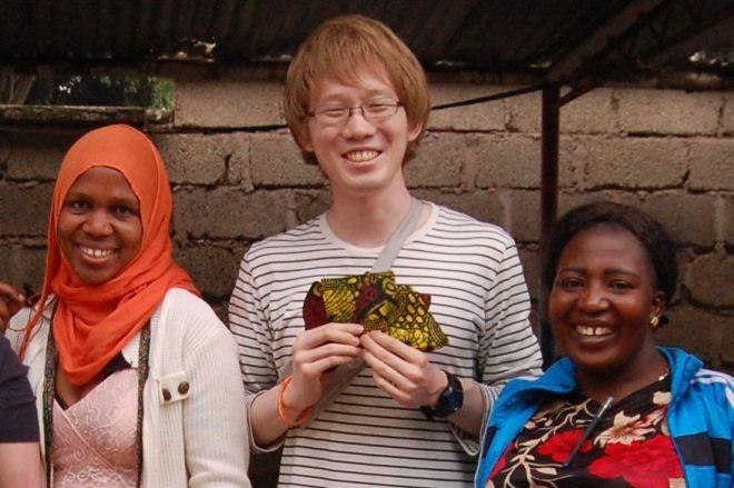 アルビノの伊藤大介さん(中央)とタンザニアの女性=2015年、伊藤さん提供